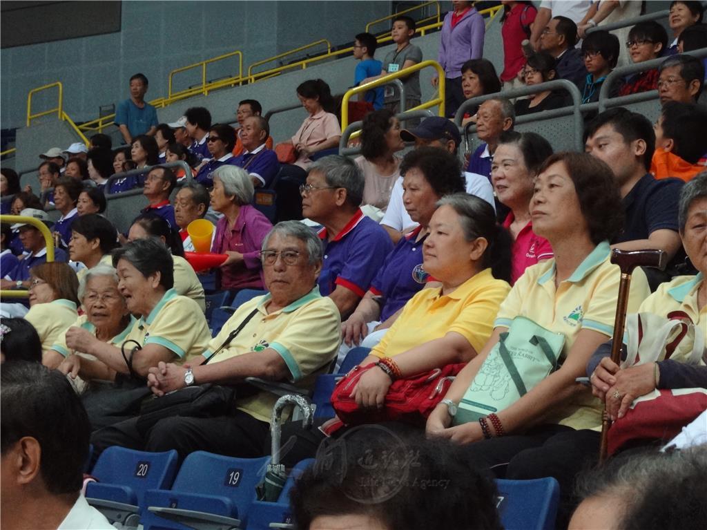 观看_图说:一群白发长者相邀在8月23日来到高雄巨蛋,观看佛光杯国际大学