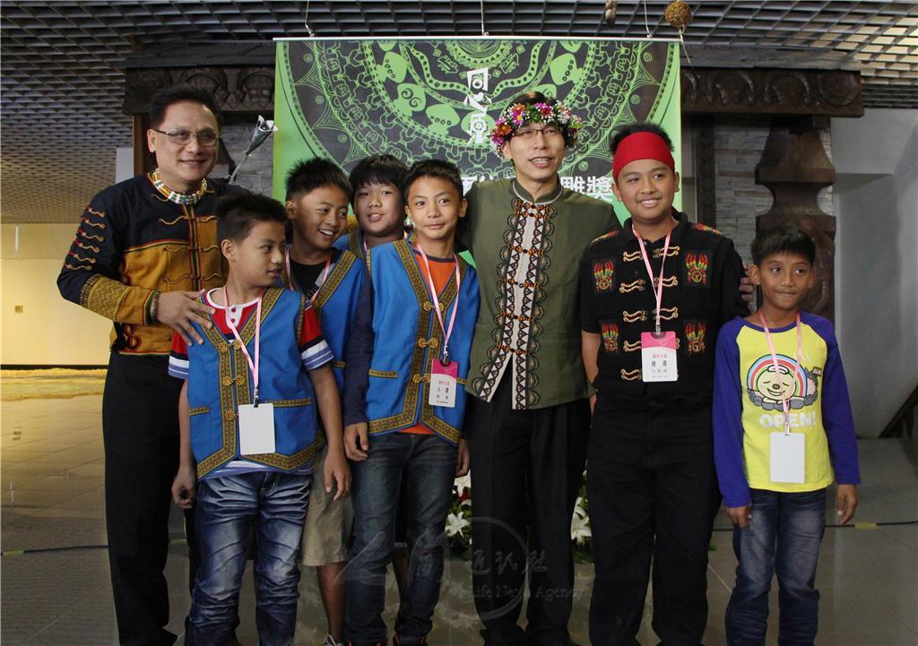 「同心原」象徵原住民圍圈歌舞,一圈圈、一層層的不分族別,只為讓原住民更加團結延續原民文化及傳統生活習慣,發揚文化特色,讓台灣、全世界的人都能夠有機會欣賞、見證原住民文化的力與美。 第13屆全國原住民木雕獎以「同心原」為主題,11月23日於屏東縣原住民文化會館舉辦頒獎典禮,獲得國中小組貳獎的徐念宗及優勝的范鶴勍,作品分別為「泰小102系列-大武山的守護神」及「泰小102系列-大武山的子民」,兩人都是國一學生。 在老師及親友的鼓勵下,徐念宗、范鶴勍互相打氣,利用國小畢業後的時間,在部落擅長雕刻的長老指導下,從