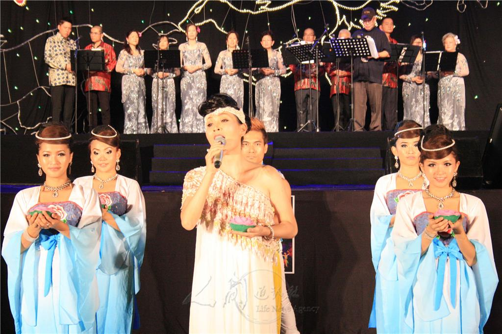 图说:李燕萍为大家带来《观音菩萨偈》,《看佛心》,及新年歌曲《今年