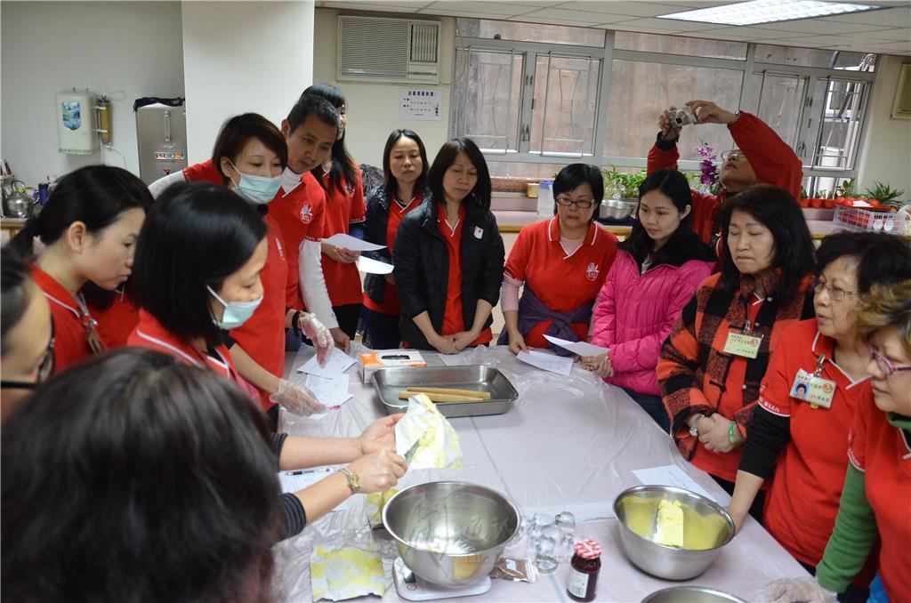 3月15日,香港佛香講堂飄散著溫暖的餅香。黃麗珊居士指導三好愛心爸爸媽媽學習製作曲奇餅乾,當成品出爐,濃郁的香氣讓大家垂涎三尺,食指大動。 黃麗珊強調,只要用很簡單的3種材料:糖霜、牛油、麵粉,搭配個人的喜好添加食材,就可做出美味的曲奇餅乾;就如人生,簡單便是福。 製作過程中,學員非常專注,並互相包容鼓勵,培養極佳默契。待賣相精美的曲奇成功出爐後,香氣四溢,大家心存感恩一起分享。 三好爸爸媽媽紛紛表示,看到餅乾成功出爐,心裡的喜悅非語言文字所能表達,只想趕快和家人分享那份成果和喜悅。也有媽媽表示,想回家和