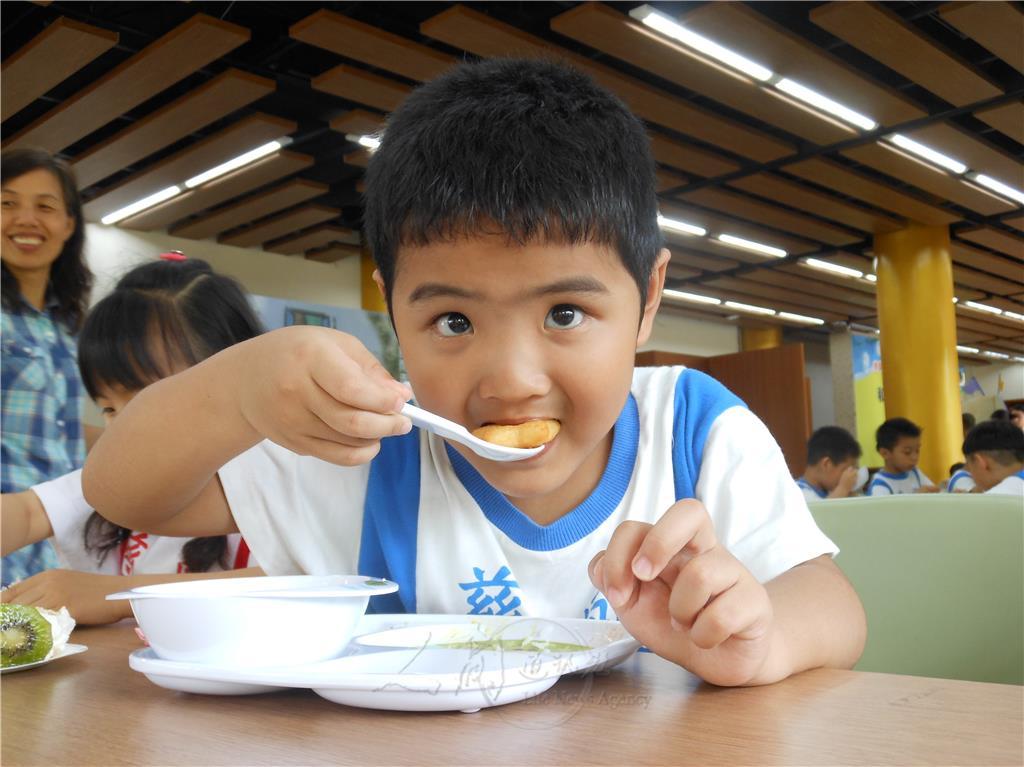 图说:慈航幼儿园洪子皓,享用餐盘上最后一块薯饼,满足得说不出话来.