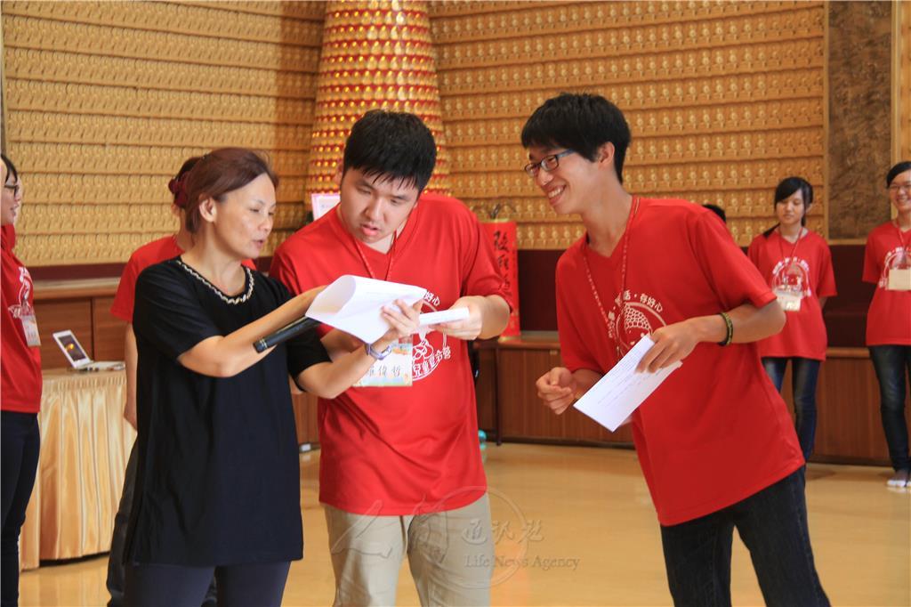 張雅鈴以劇本創作、聲音表情、舞台表演等內容,教導小隊輔透過想像力、肢體語言、走位,傳達角色扮演的重要。