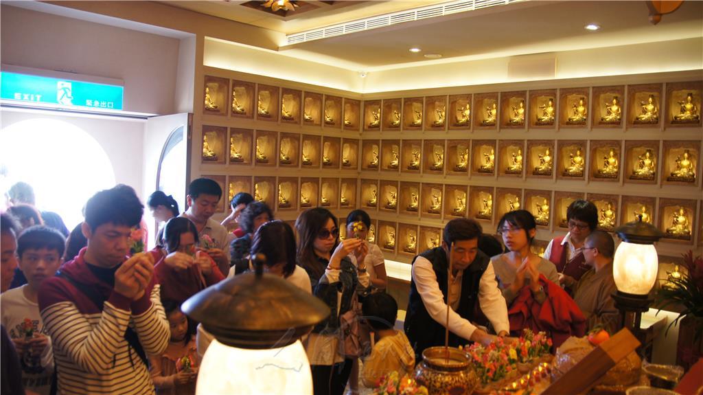 春節禮佛人潮鼎沸,遊客湧入普賢殿文殊殿、觀音殿、地藏殿,獻香、獻花、獻寶、獻燈,朝聖禮佛繞塔,祈求諸事平安吉祥。