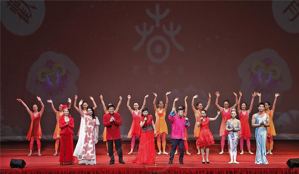 上海藝術團新春特演,全體演員演唱我們都是一家人。