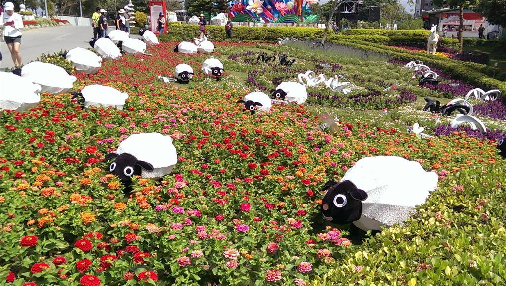 佛光山後花園,有一花卉鋪陳的美麗花圃,花圃內有數十隻資源再利用做成的綿羊,造型如真、柔順、可愛。