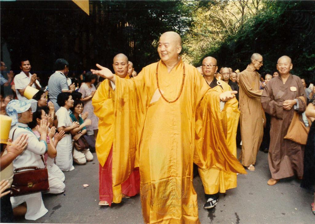 和尚大师_图说:大师卸任住持,心平和尚(左一)担任佛光山第4任住持.