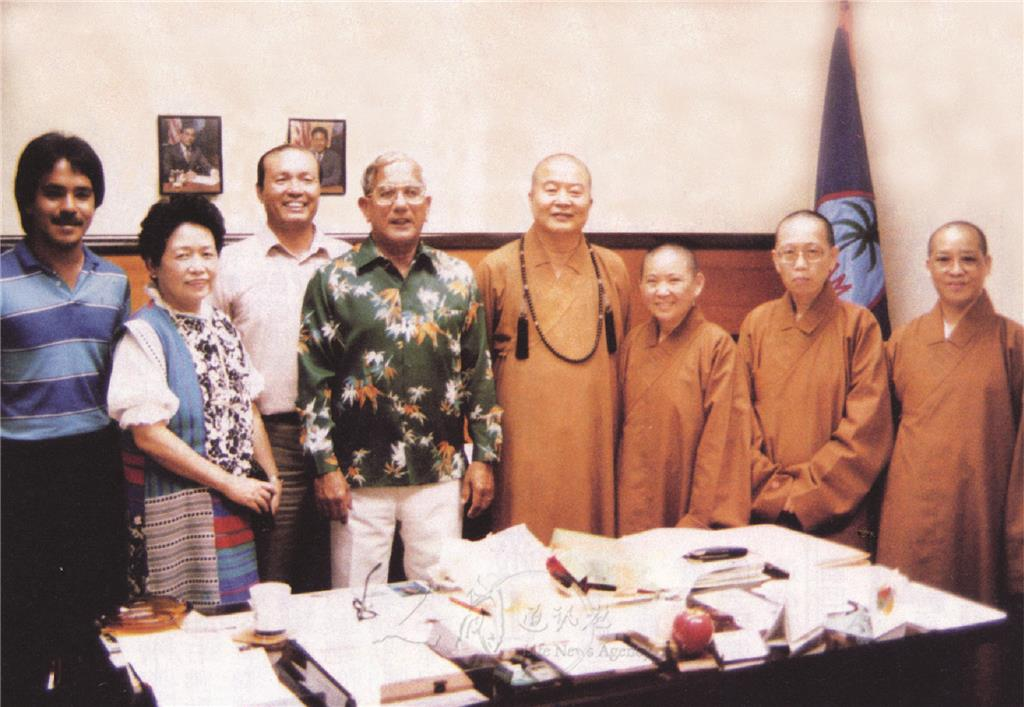 图说:星云大师由关岛侨领张姚宏影(左2)陪同,拜会关岛总督饱达流(左4)