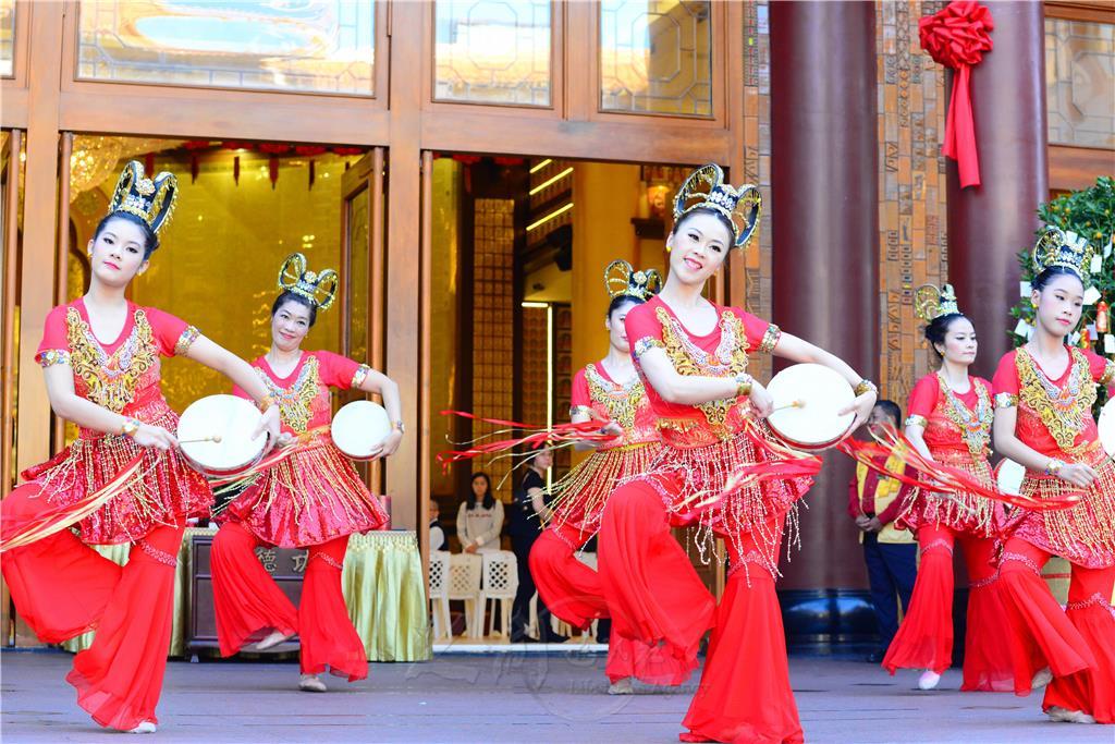 佛光山三峽金光明寺大年初一喜氣洋洋,「敦煌禪舞集」以一連串的樂舞表演,為新春增添許多的歡樂氣氛。