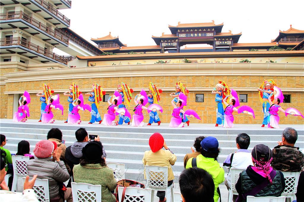 「陝北大秧歌」,為陝北地區廣為流傳的民間舞蹈,面部表情和肢體動作變化豐富,粗曠直樸又生動活潑。