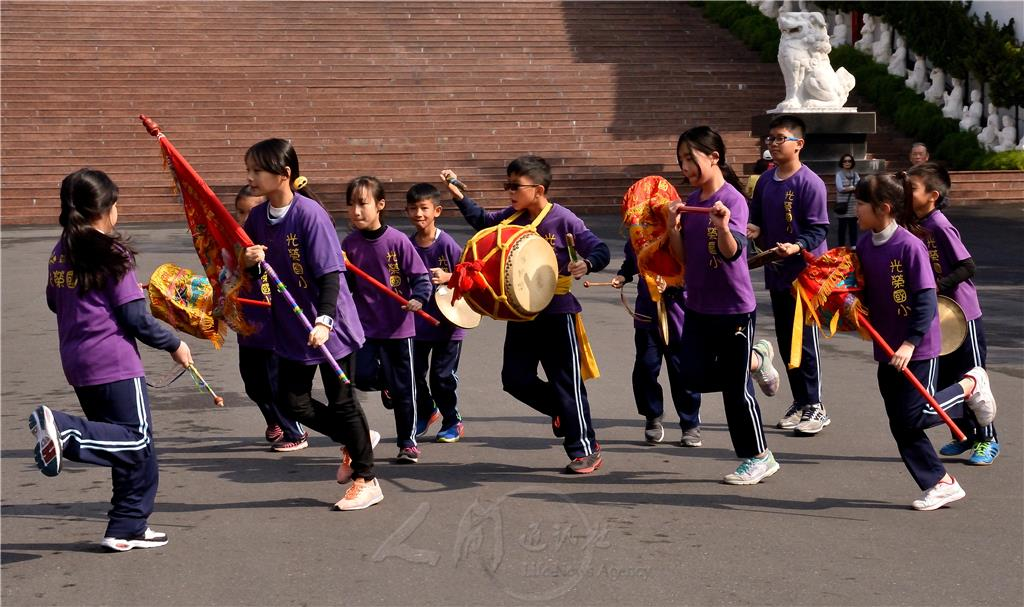 跳鼓陣快速變換隊形,練習一點都不輕鬆,但不少小朋友因兄姊加入跳鼓陣,覺得有趣又好看,也讓他們生起加入跳鼓陣的念頭。