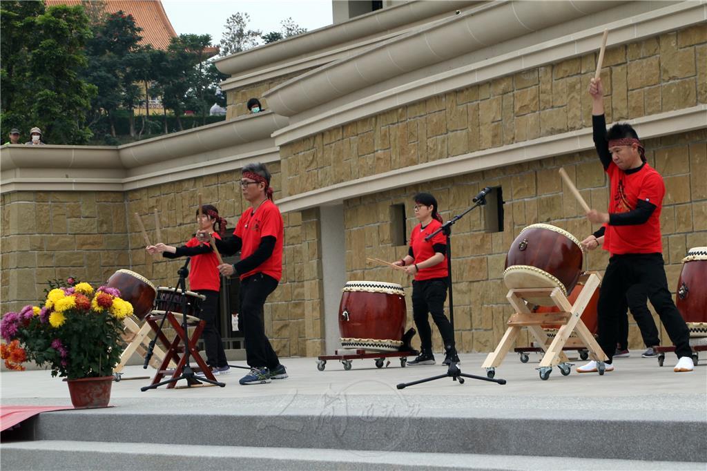 台南人間大學太鼓班成立已5年,此次演出者皆是學鼓達5年不間斷的學員,從最初完全不懂到熟悉,乃至完全陶醉在鼓聲中。