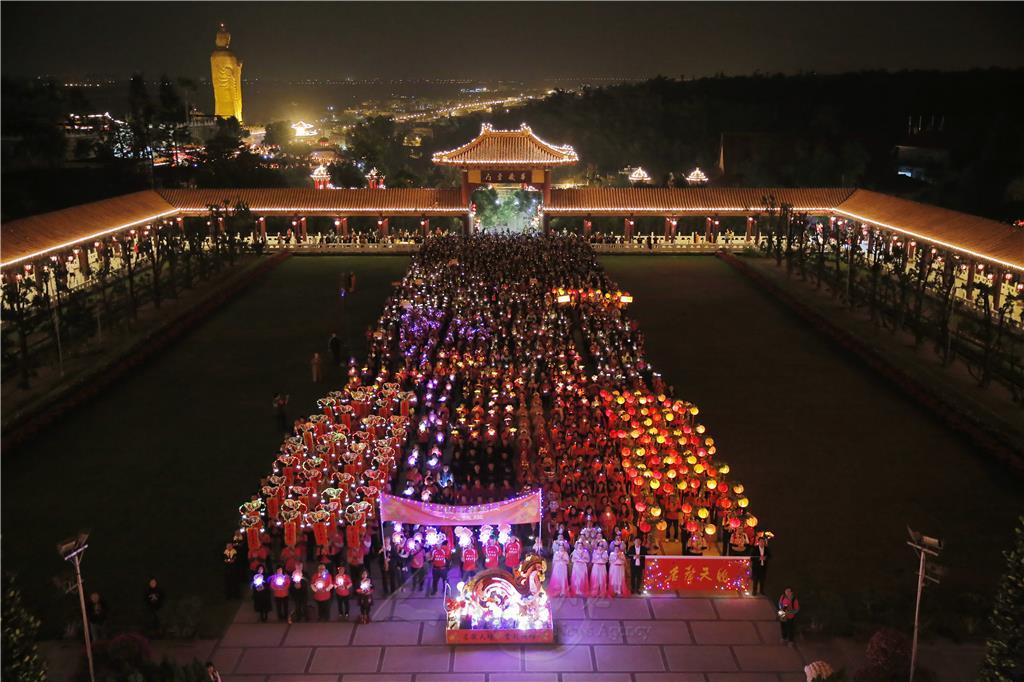 遊行隊伍齊聚大雄寶殿前,用虔誠心意參加上燈法會。