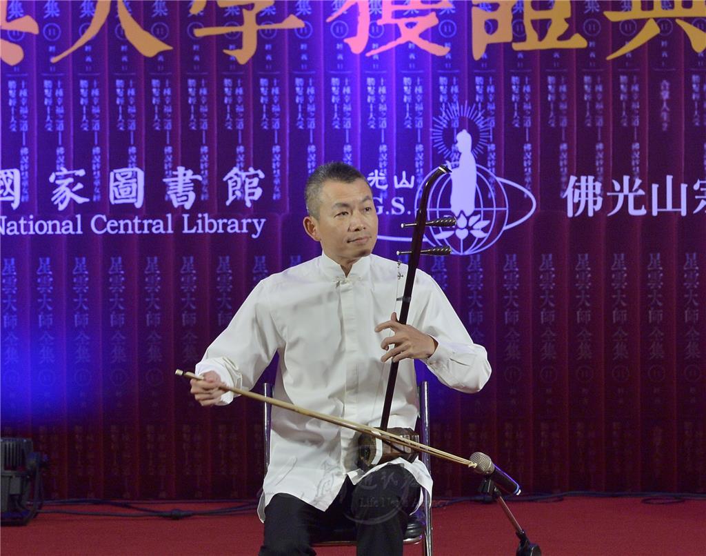 乐团首席王铭裕先生以精湛的二胡琴艺,拉出轻快又优美的〈扬州小调〉.