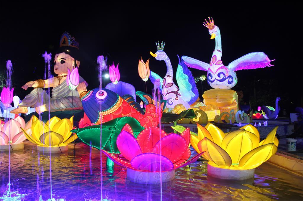 天鵝音樂噴泉與四大菩薩花燈,每晚也有音樂噴泉表演。