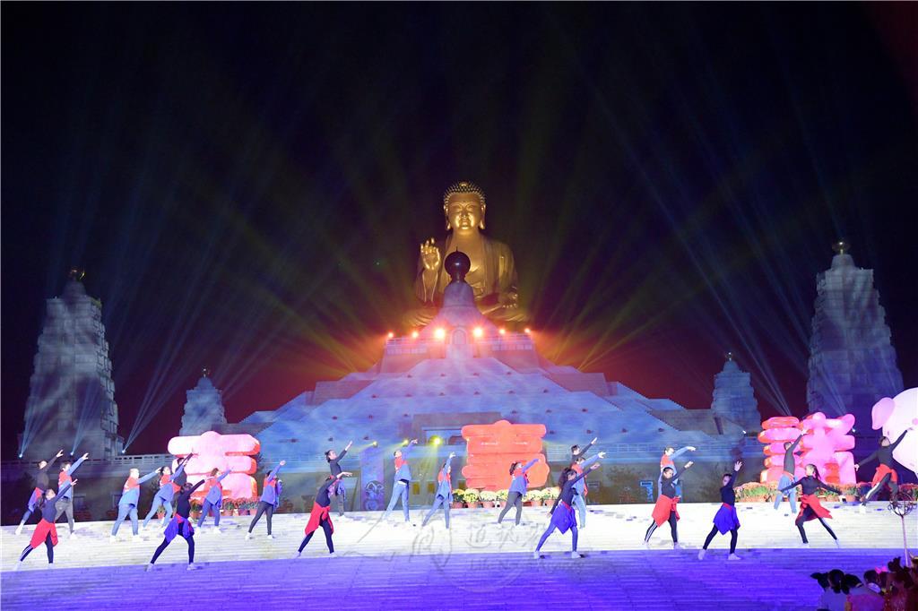 菲律賓光明大學的學生,熱情載歌載舞,高昂嗓音歌聲響徹雲霄,讓佛館菩提廣場充滿了美麗樂章與歡樂氣氛。