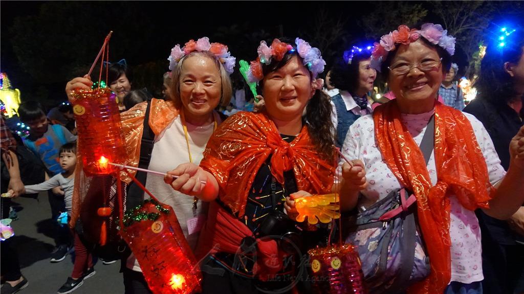佛光會蘭陽教師分會花燈主題為〈三好〉,手持〈五和〉響板手,頭戴Led燈表示〈花開富貴〉,金絲批肩,象徵〈喜鵲報喜〉,裝扮金光閃閃,充滿新春歡樂景象,被評為「最閃亮的一族」。