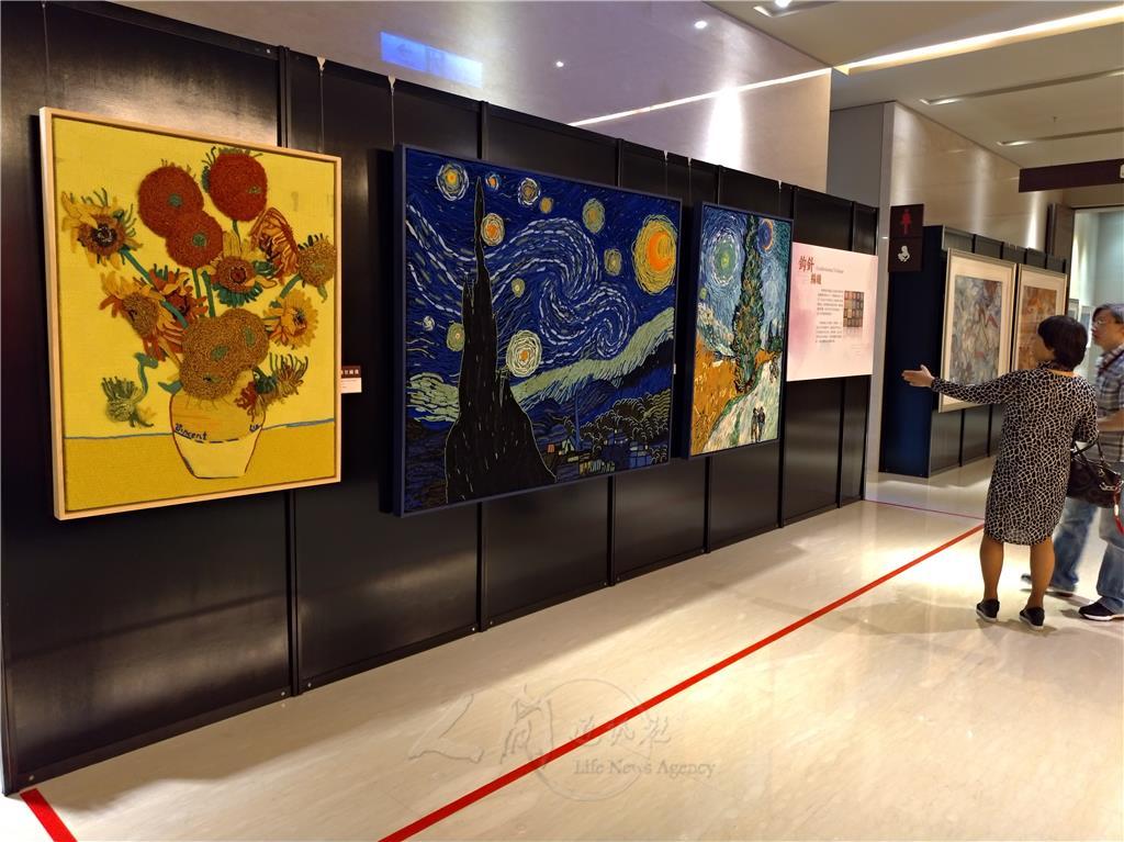 走上二樓,「絲憶江南-上海手工織造技藝展」就隱身在佛光藝廊之中,其中最吸睛的作品,便是以勾針編結技藝,呈現梵谷的世界名畫。