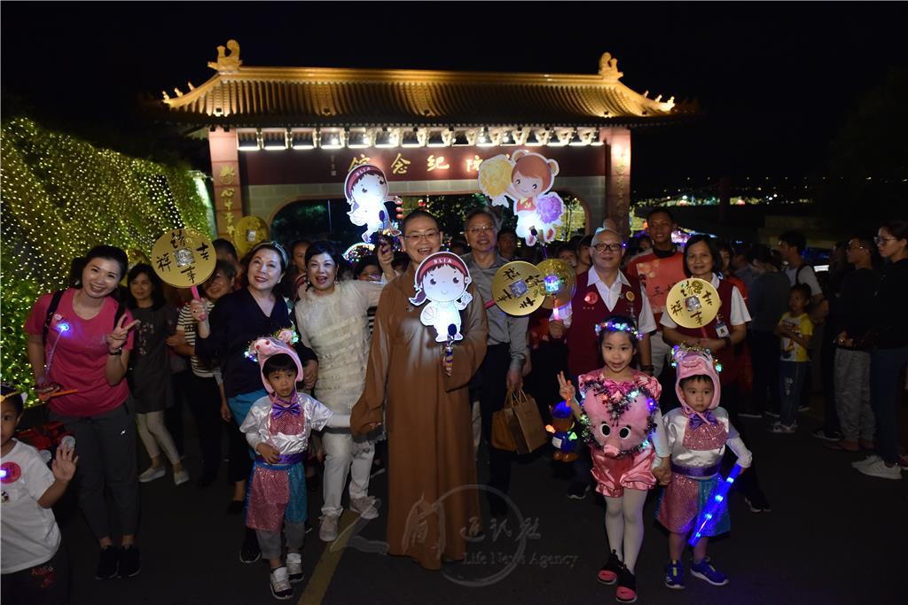佛光山南屏別院1800多人參加「光照大千祈福活動暨提燈大會」,住持妙樂法師與大眾歡喜合影。