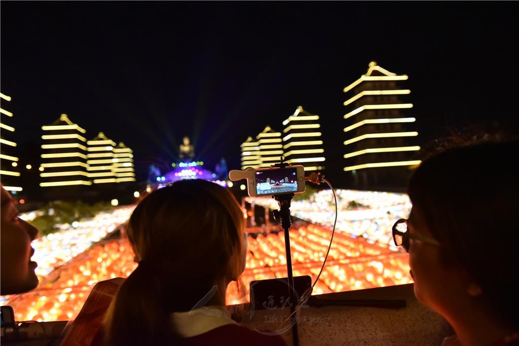 直播佛陀紀念館的「光照大千」,帶領大家同步欣賞燦爛煙火。