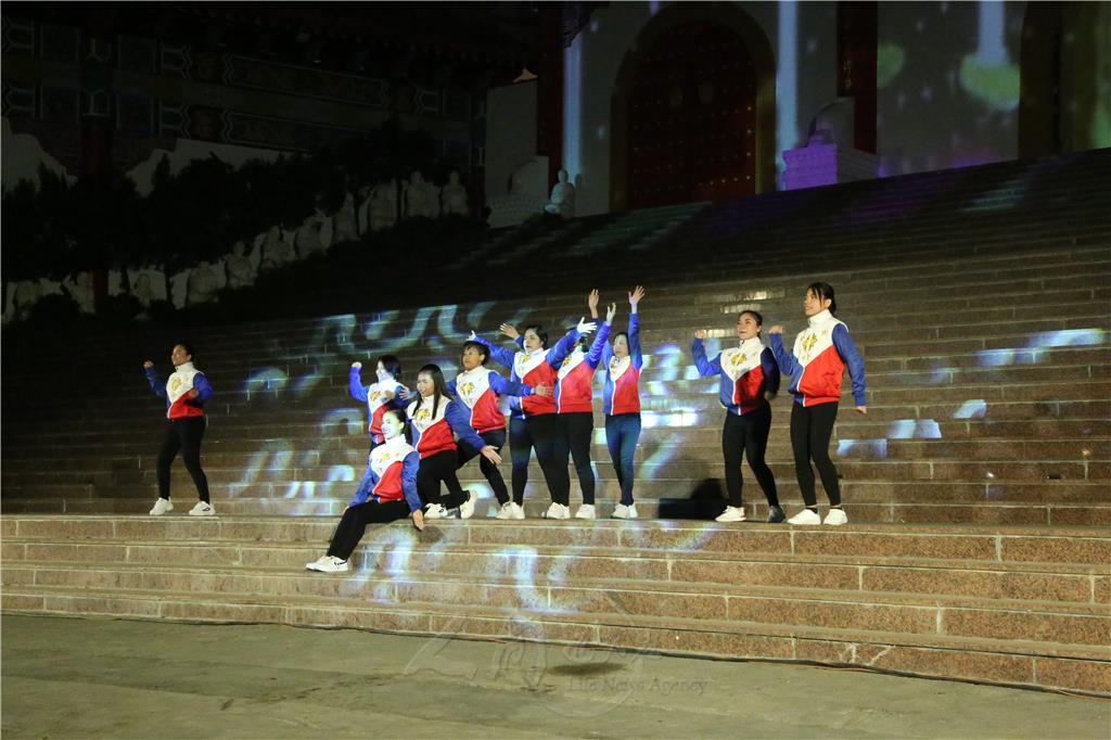菲律賓光明大學第一屆畢業生10位同學,以〈菩薩心 青年力〉歌聲為節目揭開序幕。