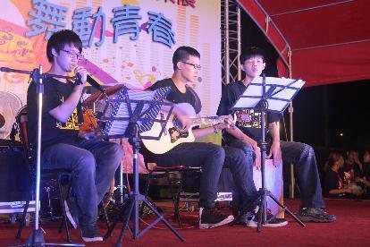 朵蕾咪乐团以民谣的轻松曲风,巧妙地搭配木吉他,键盘,沙铃等乐器,让整